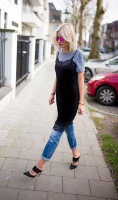 La slipdress superposée sur un jean pour un look casual et stylé