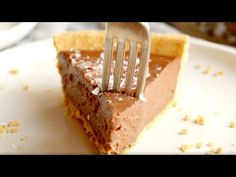 This no-bake vegan chocolate pie only requires five ingredients! Kinda like a French Silk Pie, but better for you. Chocolate Pie Filling, Chocolate Pies, Vegan Chocolate, Melting Chocolate, Vegan Cheesecake, Vegan Cake, Vegan Sweets, Vegan Desserts, Delicious Vegan Recipes