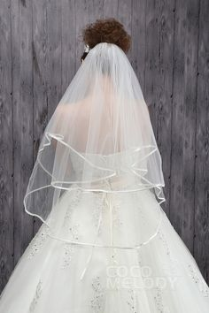 Perfectly complete your bridal look with this classic two-tier ribbon edge veil. Find tips for choosing the right veil plus additional styles on our site.cocomelody#weddingveil#bridal#veil#