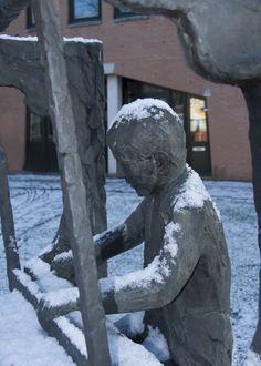 Bronzen beeld van een wever aan zijn weefgetouw. Kunstenaar is Antoinette Ruiter (1946), beeldhouwster te Oldenzaal. Geschenk van de Gelderman-stichting.