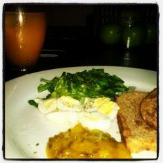 Desayuno Energizante!!!! Tostadas integral con huevitos codorniz, espinaca y pepinillo!! Que mejor manera de iniciar el día!