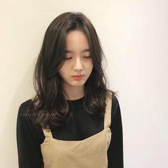 Korean Medium Hair, Korean Hair Color, Bangs With Medium Hair, Hair Color For Black Hair, Medium Hair Styles, Curly Hair Styles, Haircuts For Curly Hair, Hairstyles Haircuts, Korean Haircut