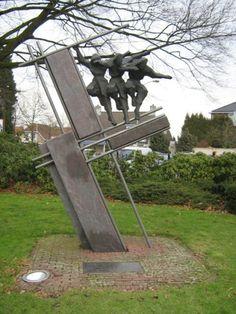 In de koetshuistuin in het centrum van Best staat een monument ter nagedachtenis aan de 120 Schotten die zijn omgekomen tijdens de 7 daagse bevrijding van Best. De bevrijding van Best is een zware slag geweest waarbij de verliezen groot waren zowel onder de geallieerden, Duitsers en ook onder de burgers. Elk jaar wordt er op 24 oktober, de dag van de bevrijding een herdenking gehouden bij dit monument. Het monument is in 1994 geplaatst, 50 jaar na de bevrijding