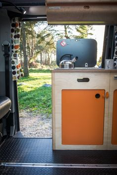 VW campervan build showing a modular, removable system that still looks charming and welcoming when installed. Car Camper, Mini Camper, Camper Life, Van Conversion Layout, Camper Conversion, Diy Van Furniture, General Motors, Land Rover Defender, Motorhome