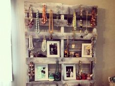 Gros coup de cœur: le porte-bijoux en palette... Les miens sont accrochés sur du bois flotté, mais je reconnais que cette idée de mélange déco/bijoux accrochés/bijoux posés... est vraiment très chouette...