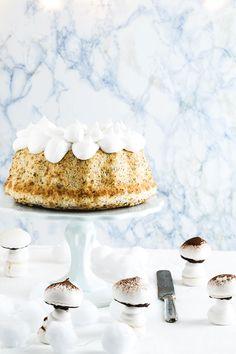 Grapefruit and poppy seed angel cake with white frosting and meringue mushrooms - Angel cake, torta di albumi al pompelmo e semi di papavero con funghetti di meringa