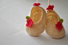 UpRo The blog: Botoșei croșetații , ornament pentru geantă / Croc... Baby Booties, Baby Shoes, Crocs, Crochet Baby, Ornaments, Bag, Kids, Fashion, Young Children