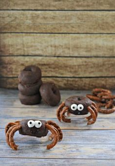 Simple Spider Donuts - Make these fun and kid friendly treats, whether to pack in a lunch, send to school or even a Halloween party! What a cute recipe/idea for family snack/celebrations! Halloween Snacks, Spooky Halloween, Halloween Breakfast, Halloween Birthday, Holidays Halloween, Halloween Parties, Halloween Baking, Halloween Table, Halloween Cookies