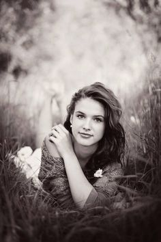 Pin by lauren on senior pictures ❤ photo ado, photographie pose femmes, pho Senior Portraits Girl, Senior Photos Girls, Senior Girl Poses, Senior Girls, Senior Posing, Outdoor Senior Pictures, Outfits For Senior Pictures, Senior Pictures Balloons, Fall Portraits