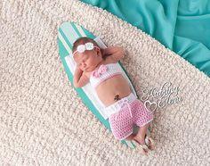 Surfeur Newborn Set / plage Baby Photo Prop / rose et blanc / nouveau-né Surfer Girl / nouveau-né nautique Prop / Crochet bébé Bikini / Shorts de Surf