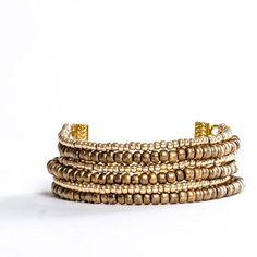 Mehrreihiges Armband mit Miyukierlen und goldnen Kettenverbindern. Alle Materialien bei Glücksfieber erhältlich.