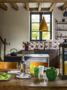 Les couleurs apportent du pep's à la cuisine - Réveiller une vieille maison avec de la couleur - CôtéMaison.fr#diaporama#diaporama