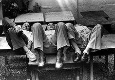 © Foto de Evandro Teixeira. Chico Buarque, Tom Jobim e Vinicius de Moraes deitados em uma mesa. Rio de Janeiro, 1979.