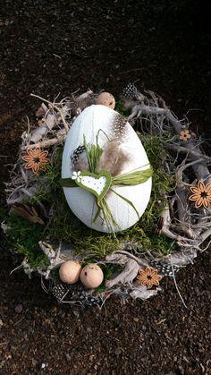Osterdeko Osterkranz - Weidenkranz 30cm, Durchmesser Österlich dekorierter Kranz mit einem Ei aus Styropor überzogen mit Spachtelcreme.