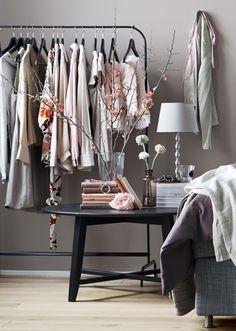 KRAGSTA sidobord, #MULIG klädställning, BLADET vas, EKARP bordslampfot. Stylist Hans Blomquist.