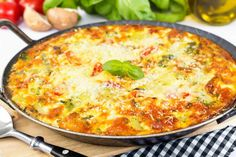Here's a delicious Fabulous All-Dressed Pizza Frittata recipe for your picky eaters. A tasty source of protein and vitamins. Baked Omelette, Breakfast Omelette, Breakfast Skillet, Breakfast Casserole, Chorizo Breakfast, Mexican Casserole, Egg Casserole, Egg Recipes, Mexican Food Recipes