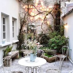 Making a statement out of your walls - Small courtyard gardens, Courtyard garde. - Making a statement out of your walls – Small courtyard gardens, Courtyard gardens design, Courty - Small Courtyard Gardens, Small Courtyards, Terrace Garden, Small Gardens, Courtyard Ideas, Patio Ideas, Backyard Ideas, Garden Ideas, Pergola Ideas