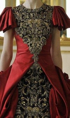 The King of couture, Alexander McQueen.The embroidery on this is just incredibe. Fashion Details, Look Fashion, High Fashion, Fashion Design, Couture Details, Baroque Fashion, Mode Chic, Mode Style, Beautiful Gowns
