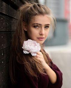 🌸 flower power 🌸 (even in winter😅) ___________________________________ 📷 by (*advertisement)… Flower Power, Girl Photo Poses, Girl Photography Poses, Film Photography, Estilo Miranda Kerr, Girl Face, Pretty Face, Beauty Women, Hair Cuts
