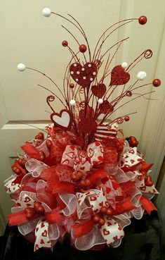 Best DIY Rustic Decoration Idea For Valentine Party 08 Valentine Tree, Valentine Day Wreaths, Valentines Day Party, Valentines Day Decorations, Valentine Day Crafts, Valentine Table Decor, Valentine Ideas, Valentinstag Party, Diy Valentine's Centerpieces
