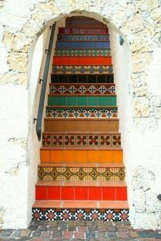 Linda escada com mosaico de azulejos....