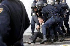 la policia reprimeix la manifestació dels estudiants desesperats pel seu futur