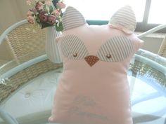 """Linda almofada ou naninha em piquet e tricoline.  Podendo ser retirada a capinha, para lavar.  Medidas:  33 cm x 23 cm.  Ao invés do bordado """"Pula.. Raposinha."""" , pode ser bordado o nome do bebê."""
