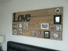 Fotowand aus Holz. Auf einem Holzbrett verschiedene Bilderrahmen und Schriftzüge anbringen.Hat einen rustikalen Effekt.