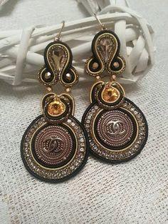 Soutache Ohrringe (soutache earrings) mit Taste, die mit Logo  CC beschriftet ist von BeadStArt auf Etsy