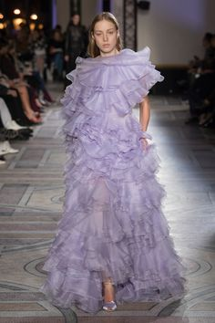 The complete Giambattista Valli Spring 2018 Couture fashion show now on Vogue Runway. Couture Outfits, Haute Couture Dresses, Style Couture, Haute Couture Fashion, Fashion Outfits, Couture Trends, Fashion Mode, Fashion 2018, Fashion Week