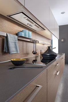 Cozinha corredor coifa embutida no armário sem frontão painel de madeira barra de utilidades