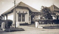Dutch Colonial, Colonial Architecture, Bogor, Tool Design, Old Pictures, Jakarta, House Design, Mansions, History