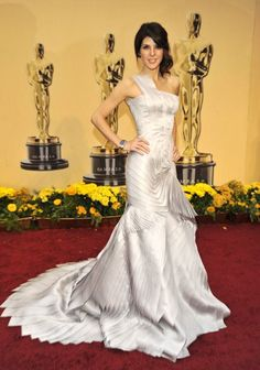 Pin for Later: 81 Unforgettable Looks From the Oscars Red Carpet Marisa Tomei at the 2009 Academy Awards We couldn't stop staring at Marisa Tomei's structural Versace tiered gown in Oscar Verleihung, Oscar Gowns, Oscar Dresses, Maxi Dresses, Beautiful Gowns, Beautiful Outfits, Oscars Red Carpet Dresses, Oscar Fashion, Celebrity Red Carpet