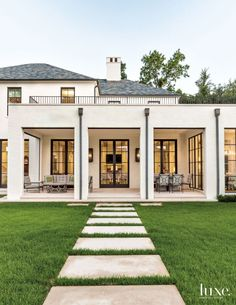 Traditional elements meet contemporary lines in a Dallas home to create a transitional wonder that connects to its environment. home designs exterior front elevation A Transitional Dallas Home with Georgian-Style Architecture Georgian Architecture, Architecture Design, Architecture Interiors, Casa Rock, Balkon Design, Transitional House, Transitional Lighting, Transitional Bedroom, Brick Patios