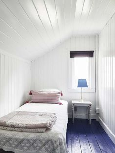 Ideas and inspiration Attic Bedrooms, Home Bedroom, Cabin Bedrooms, Making Space, Tudor House, Starter Home, Tiny Spaces, Small Living, White Walls