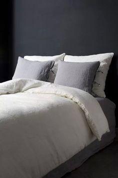Una cama neutra en géneros livianos ideal para el verano