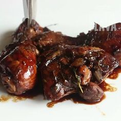 Jamaican Brown stew chicken with a twist! Venison Chops Recipes, Meat Recipes, Yummy Recipes, Recipies, Jamaican Brown Stew Chicken, Jamaican Cuisine, How To Roast Hazelnuts, Spanish Dishes, Beef Recipes