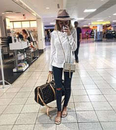 Look-Chic/ airport outfit spring, comfy airport outfit, airport style trave Airport Outfit Spring, Airport Style Travel Outfits, Comfy Airport Outfit, Travel Outfit Summer, Summer Travel, Travel Style, Spring Outfits, Airport Fashion, Traveling Outfits