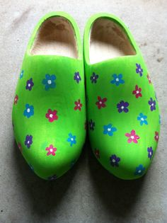 Tante Marijke: Klompen! Dutch Wooden Shoes, Wooden Clogs, Mint Green Shoes, Neon Green, How To Look Pretty, Netherlands, Little Girls, Shoe Boots, At Least