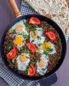Ugnsbakad lax i krämig sås - ZEINAS KITCHEN Frisk, Ethnic Recipes, Food, Apples, Bulgur, Red Peppers, Hoods, Meals
