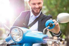 Le montage sur la tige du rétroviseur fonctionne avec 95% des scooters du marché