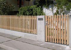 Bretterzäune sind zeitlose Gartenzäune und bieten ein hohes Maß an Sichtschutz für Ihren Garten. Die Bretter sind in der Regel 75 mm breit und 19 mm dick, wobei die umlaufenden Kanten durchgehend gefast sind. Der Abstand der Bretter beträgt 45 - 50 mm, wird aber auf Ihren Wunsch gern angepasst.