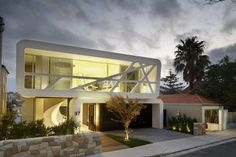 Hewlett House is designed by MPR Design Group for a modern family home to accommodate a couple and their three children in Sydney, Australia. The house is Residential Architecture, Amazing Architecture, Interior Architecture, Modern House Plans, Modern House Design, Ultra Modern Homes, Modern Luxury, Modern Contemporary, Hillside House
