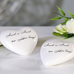 Dekoherzen aus Porzellan in weiß mit romantischem Spruch für die Tischdeko der Hochzeit.