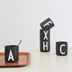 """""""AJ"""", Arne Jacobsen, ein renommierter, dänischer Architekt, entwarf 1937 die Typographie, die heute viele Produkte aus dem Hause Design Letters ziert. Wunderbar schlicht und trotzdem ein Hingucker - diese Beschreibung passt wohl auf die ganze Kollektion des Trend-Labels. Ein besonderer Hingucker sind die Becher aus Porzellan mit personalisiertem Aufdruck."""