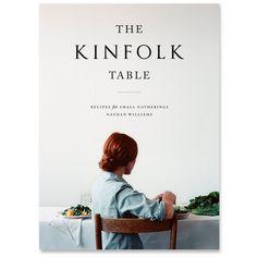The Kinfolk Table is het eerste kookboek van Kinfolk Magazine. In het boek vind je de verhalen van meer dan 45 mensen die op hun eigen manier met eten bezig zijn. Van artisanale boeren, bloggers, chefs, schrijvers en bakkers, die elk hun favoriete recepten delen. Voor iedereen die graag eenvoudig en ongecompliceerd gasten samenbrengt rond tafel.