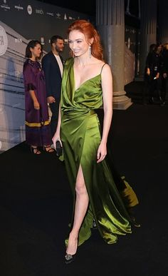 Tagged with for science, ginger, eleanor tomlinson, demelza poldark; Beautiful Redhead, Beautiful Celebrities, Most Beautiful Women, Beautiful People, Eleanor Tomlinson Poldark, Dark Red Hair, British Actresses, Freundlich, Red Carpet Fashion
