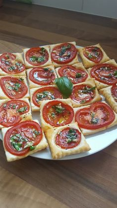Blätterteig-Tomaten-Quadrate Puff pastry – tomato – squares, a good recipe with a picture from the cold category. Party Finger Foods, Snacks Für Party, Appetizers For Party, Vegetarian Appetizers, Breakfast Party, Snacks Saludables, Tapas, Zucchini, Healthy Snacks