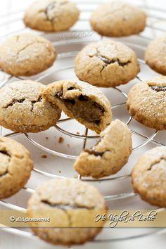 Biscotti ripieni al caffè   per la crema pasticcera al caffè 200 ml di latte intero 2 tuorli 30-40 ml di caffè ristretto 25 g di farina 00 o amido di mais mezzo cucchiaino di caffè solubile 60-80 g di zucchero semolato Italian Desserts, Nutella, Delicious Desserts, Muffin, Cookies, Breakfast, Recipes, Food, Peta