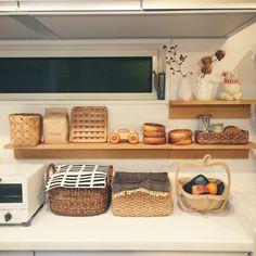 白×カゴでずっと居たくなるキッチンに♪ Kitchen Corner, Kitchen Pantry, Asian Interior, Interior And Exterior, Kitchen Organization, Kitchen Storage, Kitchen Interior, Kitchen Decor, Japanese Apartment